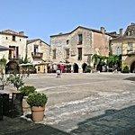 La place de Monpazier, ses commerces, son architecture...