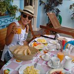 Disfrutando en la terraza con nuestro gran desayuno