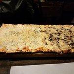 Lo que seria la pizza grande (o Portaviones como se llama en el lugar)