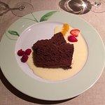 Charlotte aux framboises, fondant au chocolat, magret de canard et dos de sandre.