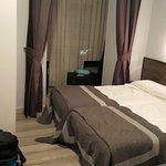 Poco espacio frente a camas en habitación triple