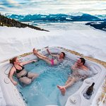 Roof top hot tub at Mica Heli