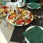 Prato de café da manhã - há também pães, sucos, bolos, iogurtes e cereais