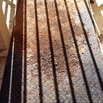 Escalera de metal completamente deteriorada por la corrosión.