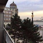 Blick vom Balkon auf Störtebeker-Haus und -Säule