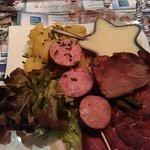 Assiette franc-comtoise (saucisse de morteau, viande des grisons, pommes de terre, cancoillotte)