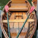 ein Ruderboot wartet auf Gäste am Bootssteg von Bobby Reich..