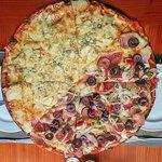 Deliciosa Pizza¡ (Mitad 'Cuatro Quesos' y mita 'La Linterna')