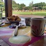 Desayuno frente a la cabaña