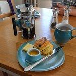 Fruit Scones, Lemon Curd und Kaffee