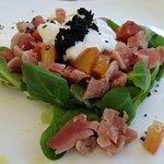 Mezzo crudo di tonno, uova di lompo, concassè di pomodoro e stracciatella di burrata