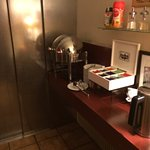 Espace petit déjeuner avec ascenseur sur le buffet