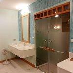Waschbereich mit Ausgang zur Aussenduche in der Poolvilla