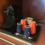 Nespresso-Maschine mit Kaffee und Tee