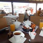 Petit déjeuner avec vue sur le port