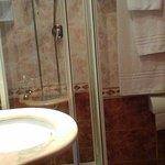 ouverture de la cabine de douche bloquée par le lavabo