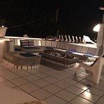 Terraza ideal para relajarse después de un día de playa, perfecta para un trago antes de la cena