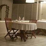 La mesa bien servida, esperando por nosotros, minutos antes de la cena