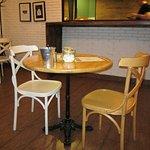 Столика и стойка, с которой выдают заказы