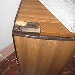 Dessus du réfrigérateur caché par un napperon en dentelle.