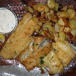 Fischplatte mit dreierlei Filets, Bratkartoffeln u. Remouladensoße