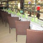 Salle de restaurant donnant sur la place des boules