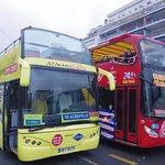 同様のバスは3社あって、みんなコースも停留所の位置も一緒です。料金体系だけが違うようです。バスの車体色はそれぞれ赤と黄と青です。
