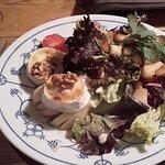 Warmer Ziegenkäse mit Honig und Salat