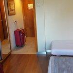 Habitación triple con cama queen y una personal. Muy limpia y comoda.