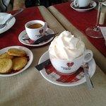 Et mon délicieux Cappuccino à la crème chantilly mon péché mignon