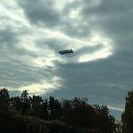 ein Zeppelin überfliegt uns