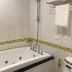 no walk-in shower in studio room and not really hot water