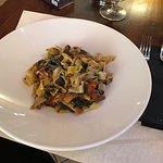 Fantastico pasta fresca fatta a mano con funghi freschi di stagione e cavolo nero