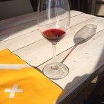 Disfrutando del sol y de un buen vino.