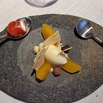 melocotón, helado de vainilla y chocolates