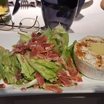 Entrée : salade chiffonnade de jambon de pays au camembert chaud