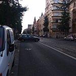 A la esquina una avenida por donde pasa el tram