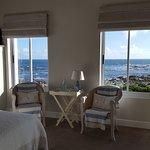 Liebevoll eingerichtete Zimmer, ein geräumiges Bad und ein Wohnzimmer für alle Gäste mit Kühlsch