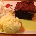 Brownie chocolat, chantilly,crème anglaise accompagné d'une boule de glace à la vanille. Savoure