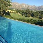 Blick vom Pool zum Grün der ersten Golfbahn