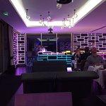 Je ziet het modern ingerichte restaurant met zachte kleurrijke ledverkleuring. Vanuit het restau