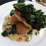 Stekt Sej med grönkål, sås och potatis