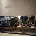 Bar, cercano a la entrada del hotel.