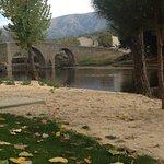 Puente románico de Navaluenga sobre río Alberche.