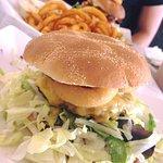 Normal buger og curley fries - beast burger i baggrunden