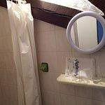La salle de bain ,l'accès à une chambre dans le bien nommé pigeonnier et le lit d'appoint...