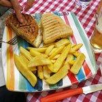 Due metà di tipi diversi di panini e patatine fritte da Rita.