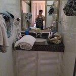 une partie de la salle de bain + la douche et toilette à côté