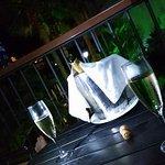 También podías elegir tomar algo en la terraza de la habitación y pasar una noche tranquila