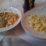 Tortellinis in Sahnesoße mit Erbsen, Käse und Schinken & Tagliatelle mit Tomaten-Lachs-Soße